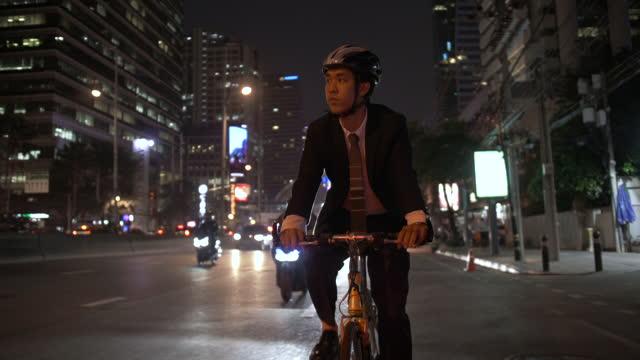 vídeos de stock, filmes e b-roll de empresário andando de bicicleta na cidade - ciclismo