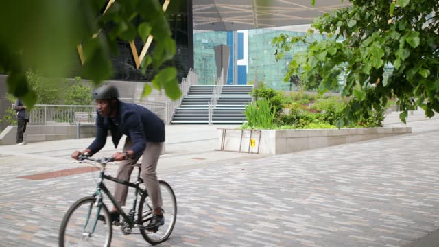 businessman riding his bicycle in the city - formal businesswear stock videos & royalty-free footage