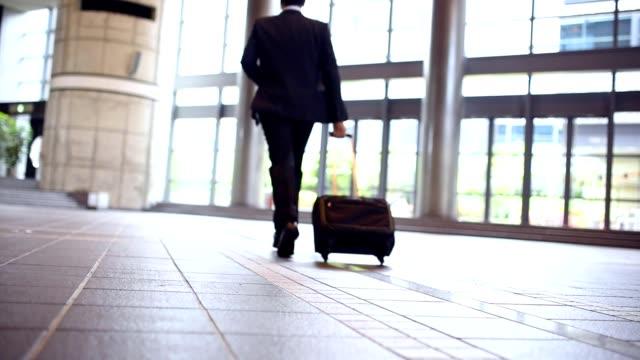 vídeos y material grabado en eventos de stock de empresario por lobby - briefcase
