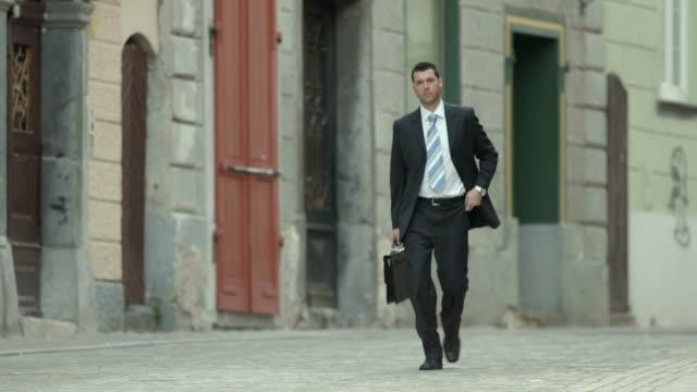 hd: uomo d'affari di correre per lavoro - solo uomini video stock e b–roll