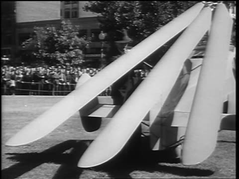 vidéos et rushes de b/w 1936 businessman securing rotor blades to tail of autogiro / washington dc - 1936