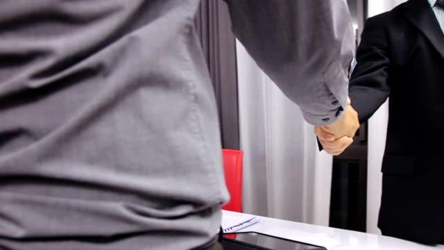 vídeos de stock, filmes e b-roll de empresário apertar a mão - conveniência