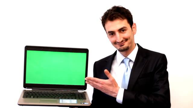 Empresário mostrando o Laptop com tela verde
