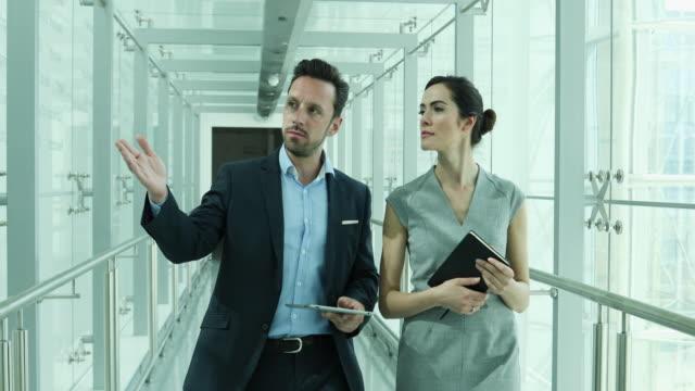 vídeos de stock e filmes b-roll de businessman showing new employee the office - parceria