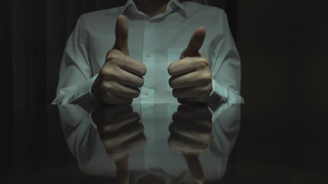 vidéos et rushes de homme d'affaires affichant des pouces vers le haut la nuit - un seul homme d'âge moyen