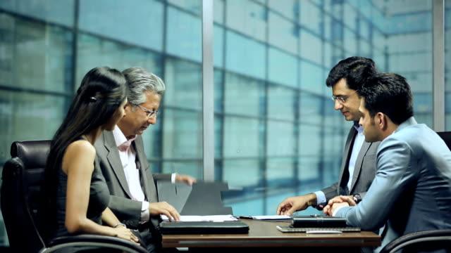 vídeos de stock, filmes e b-roll de ms businessman signing contract in office - vestuário de trabalho formal