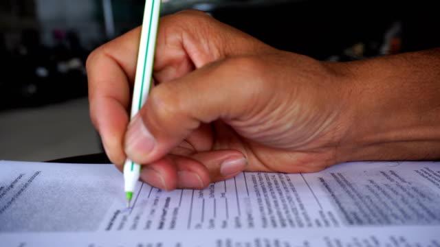 vídeos de stock, filmes e b-roll de documentos de assinatura do homem de negócios - formulário de aplicação