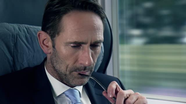 Geschäftsmann, sitzen und Arbeiten im Zug
