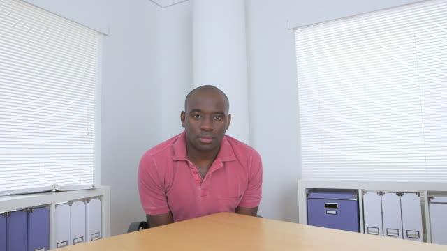 vidéos et rushes de businessman sitting at desk - un seul homme d'âge moyen