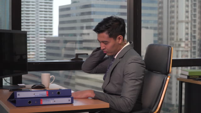businessman sitting at his desk suffering from pain - metabolic syndrome stock videos & royalty-free footage