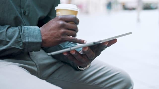 vídeos de stock, filmes e b-roll de empresário, sentado num banco e usando tablet digital na cidade - pessoa irreconhecível