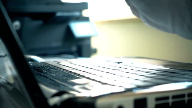 vídeos de stock, filmes e b-roll de empresário, esmagando o laptop com punho - batendo com a cabeça na parede