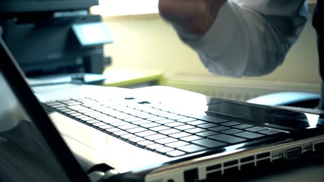 vídeos de stock, filmes e b-roll de empresário, esmagando o laptop com punho - demolindo