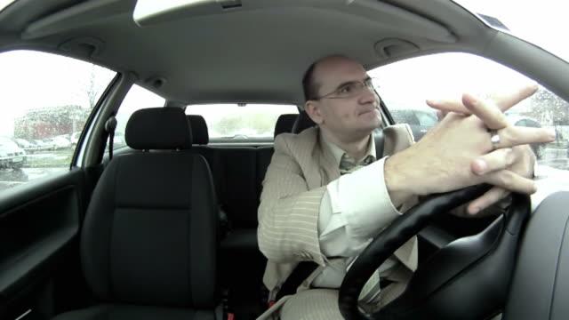 stockvideo's en b-roll-footage met hd: businessman stuck in traffic - klem