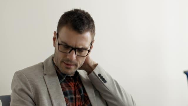 vídeos de stock e filmes b-roll de businessman suffering from neckache - dor no pescoço