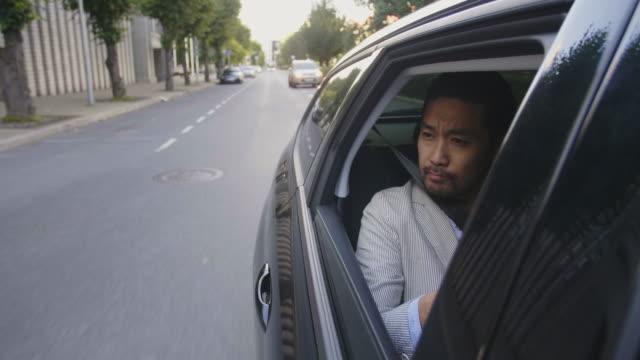 vídeos de stock, filmes e b-roll de empresário leva um uber-passeio pela cidade - passageiro