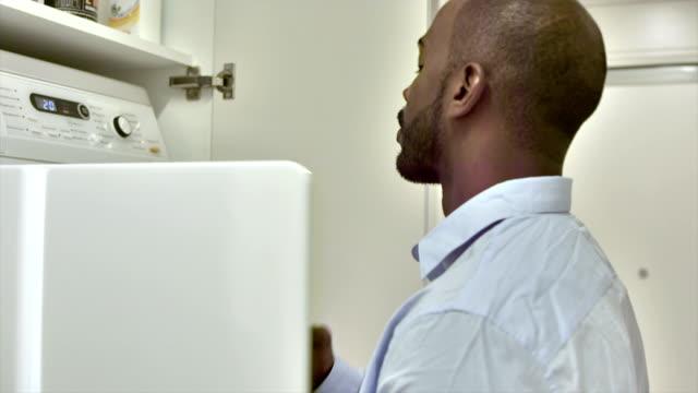 ms ビジネスマン、乾燥機で衣類を承っております。 - 衣類乾燥機点の映像素材/bロール