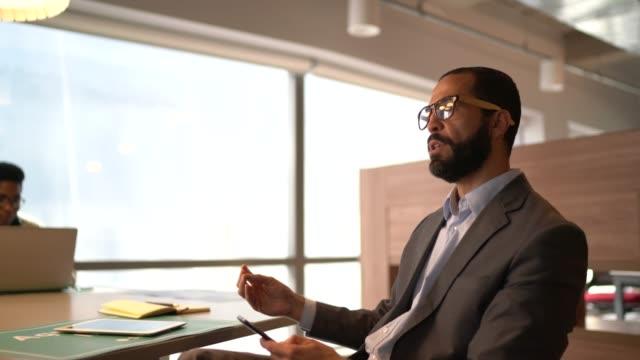 vídeos de stock, filmes e b-roll de empresário falando em reunião no trabalho - tempestade cerebral