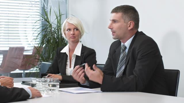 HD: Geschäftsmann reden im Meetingraum