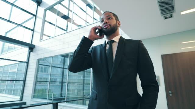 vídeos de stock, filmes e b-roll de homem de negócios que fala no telefone móvel. - só um homem