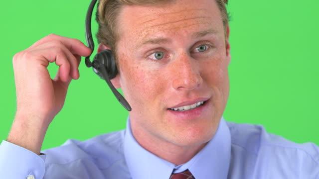 vídeos y material grabado en eventos de stock de businessman talking on headset on greenscreen - vestimenta de negocios formal