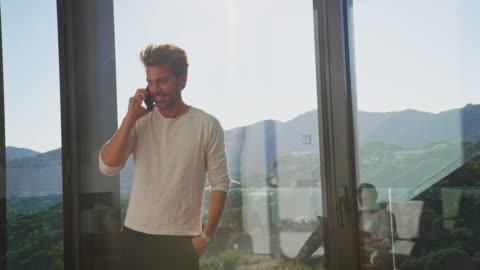 vídeos y material grabado en eventos de stock de empresario hablando por teléfono móvil en casa - portability
