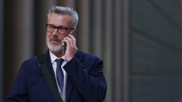 Homme d'affaires, parler au téléphone mobile dans la ville