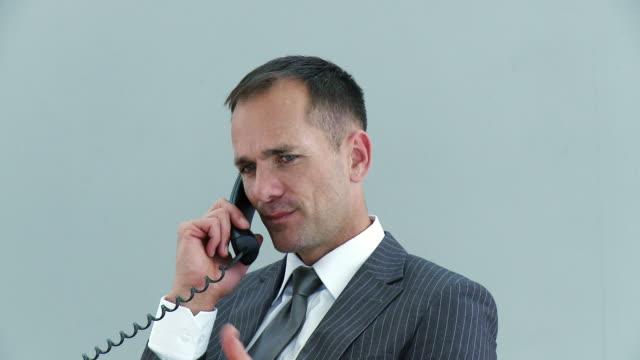 ms businessman talking on phone / cape town, south africa - 全套西裝 個影片檔及 b 捲影像