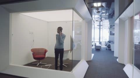 vídeos y material grabado en eventos de stock de businessman talking on phone in office cubicle - 18 19 años