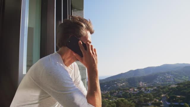 vídeos de stock, filmes e b-roll de empresário, falando no telefone inteligente na varanda - varanda
