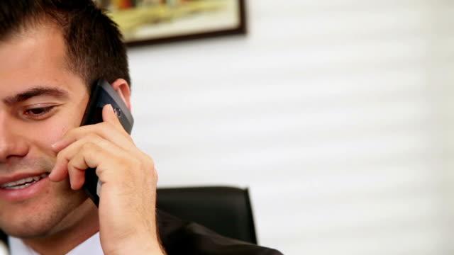 stockvideo's en b-roll-footage met dolly: businessman talking on the phone - overhemd en stropdas