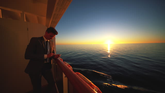 stockvideo's en b-roll-footage met zakenman praten over de telefoon terwijl cruisen bij zonsopgang - elite