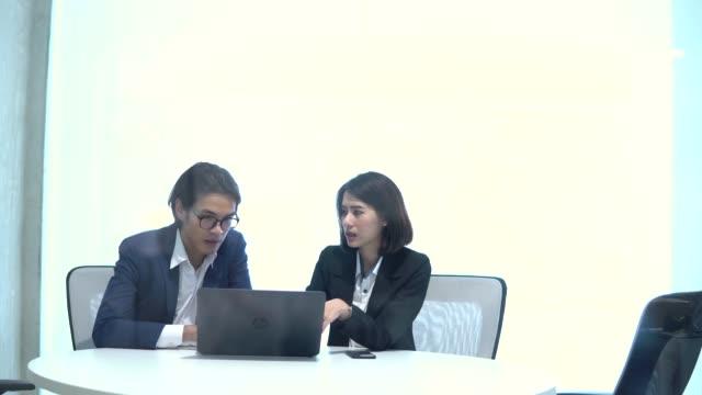 実業家と話しているビジネスマン - 設計図点の映像素材/bロール