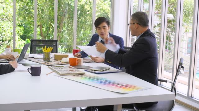 会議の実業家涙のドキュメント - 失敗点の映像素材/bロール