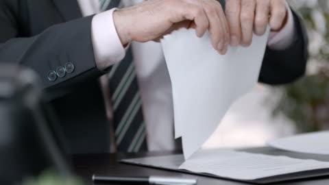 ビジネスマンの彼のオフィスで文書を引き裂く - paperwork点の映像素材/bロール