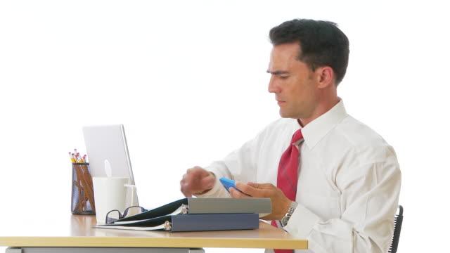 vídeos y material grabado en eventos de stock de businessman texting at desk - un solo hombre maduro