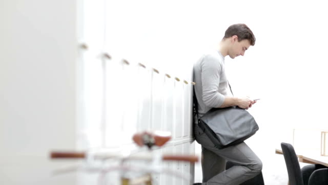 HD: Geschäftsmann SMS auf smart Handy im Büro.