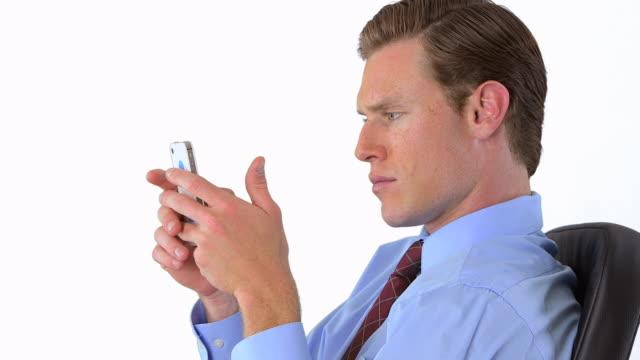 vídeos y material grabado en eventos de stock de businessman texting - vestimenta de negocios formal