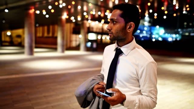 geschäftsmann sms mit handy in sydney innenstadt - connection in process stock-videos und b-roll-filmmaterial