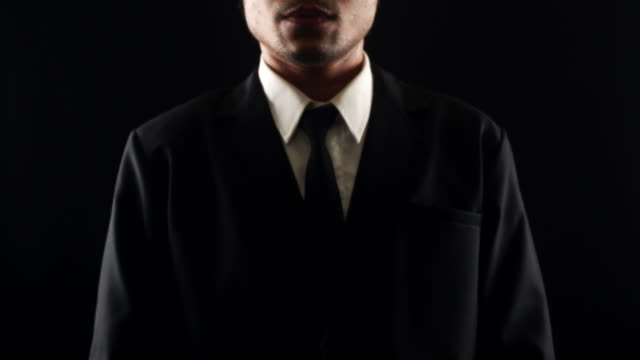 vidéos et rushes de homme d'affaires touchant l'écran avec l'espace de copie, isolé sur le fond noir - holographie