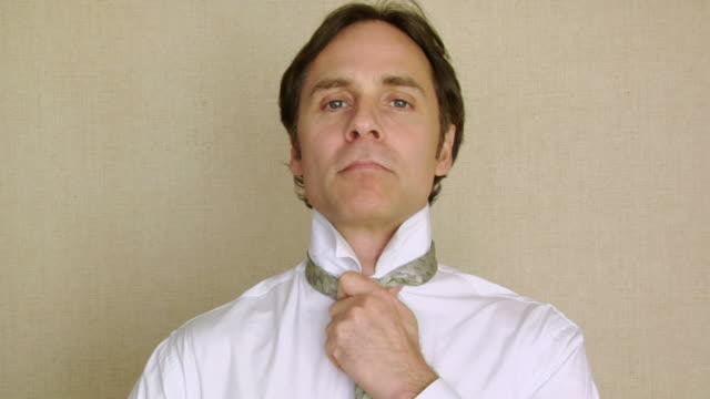 cu, businessman tying necktie - シャツとネクタイ点の映像素材/bロール