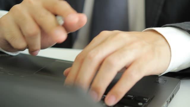 hd : businessman typing a laptop - människofinger bildbanksvideor och videomaterial från bakom kulisserna
