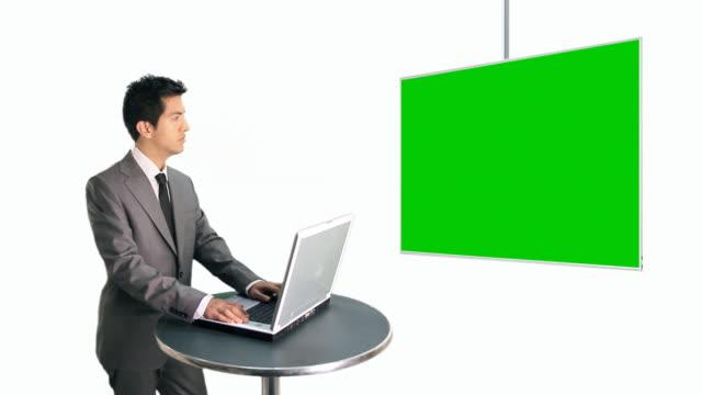 vídeos de stock, filmes e b-roll de empresário digitando laptop, assistir a uma tela grande - vestuário de trabalho formal