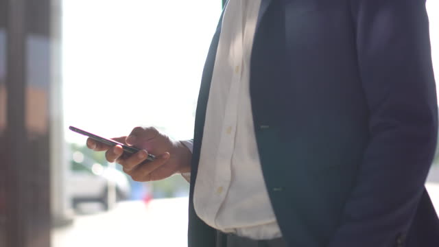 geschäftsmann, die nachricht auf dem handy zu schreiben - krawatte stock-videos und b-roll-filmmaterial