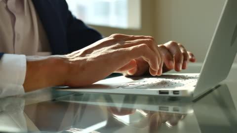 affärsman maskinskrivning på laptop tangentbord - tangentbord bildbanksvideor och videomaterial från bakom kulisserna