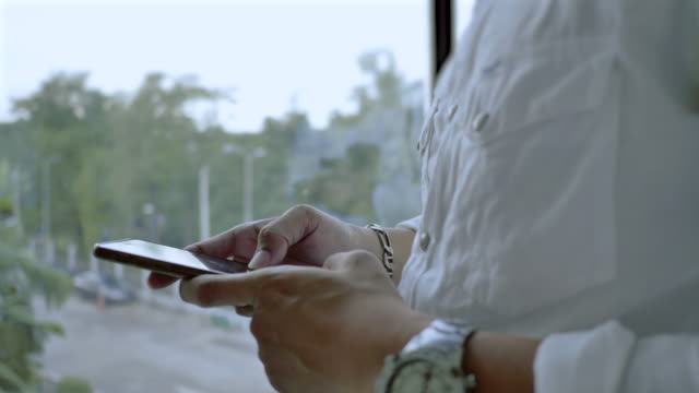 geschäftsmann, die typisierung mit smartphone mit smartphone - völlig lichtdurchlässig stock-videos und b-roll-filmmaterial