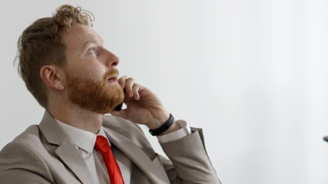 vidéos et rushes de homme d'affaires sous l'effort - mauvaise nouvelle