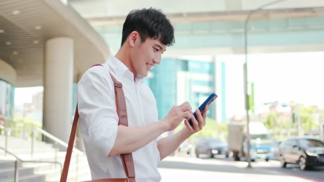 vídeos de stock, filmes e b-roll de empresário usar telefone inteligente - send