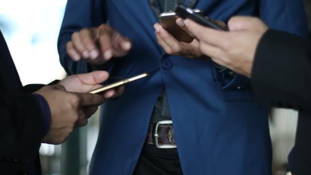 3 geschäftsmann verwendung smartphone - ethnische zugehörigkeit stock-videos und b-roll-filmmaterial