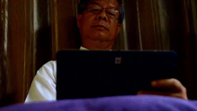 実業家のタブレットを使用 - 最高経営責任者点の映像素材/bロール